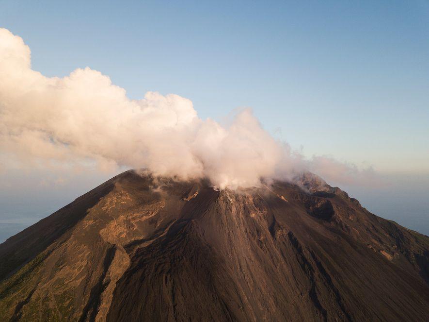 Los estallidos de lava del Estrómboli son tan distintos que los científicos utilizan la expresión «estromboliano» ...