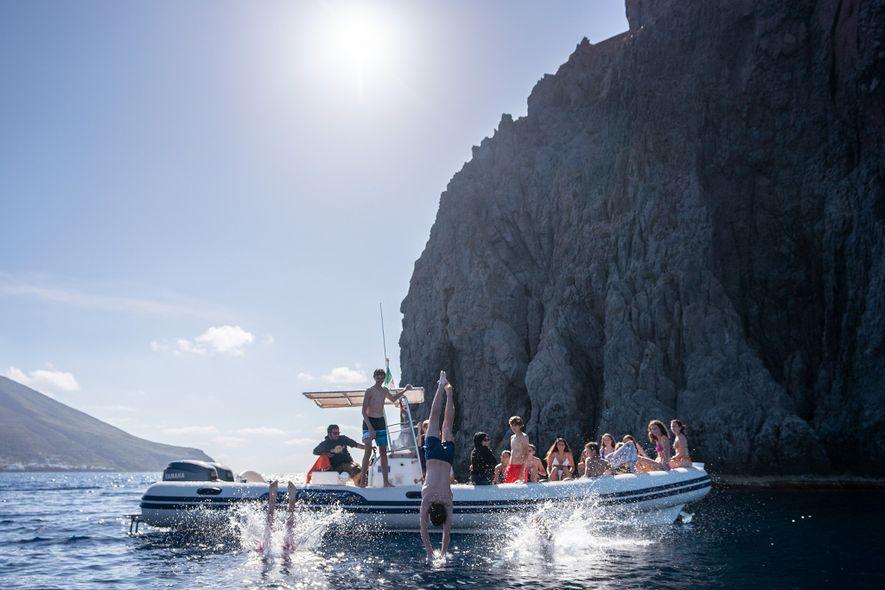Los turoperadores locales navegan en barco alrededor de Estrómboli para proporcionar vistas de 360 grados de ...