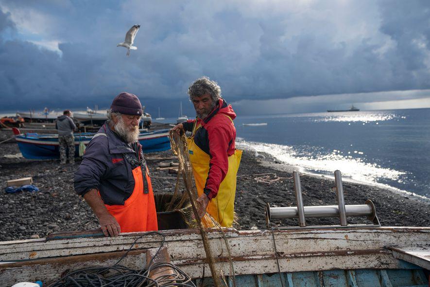Los pescadores regresan a tierra tras haber pasado la noche en el mar.