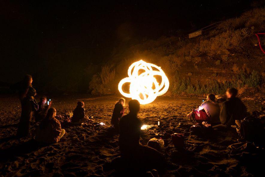 Artistas del fuego de todo el mundo se congregan en la isla para actuar juntos.