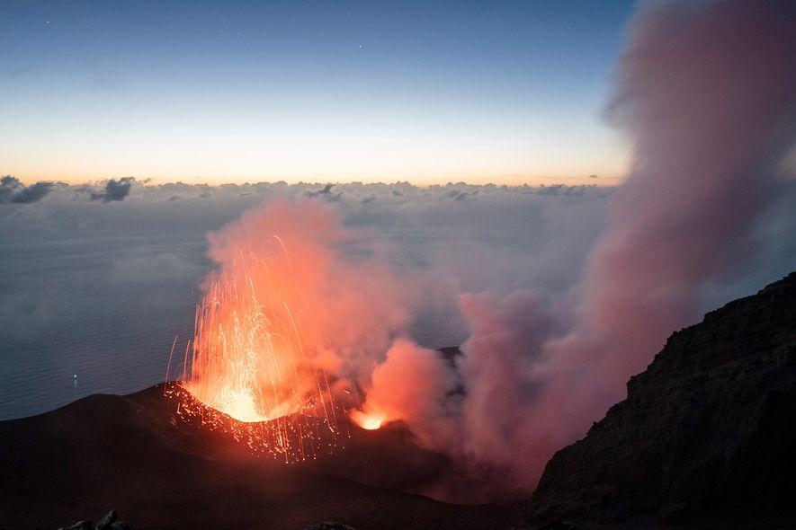 El volcán Estrómboli está en un estado constante de actividad leve, marcada por erupciones ocasionales más ...
