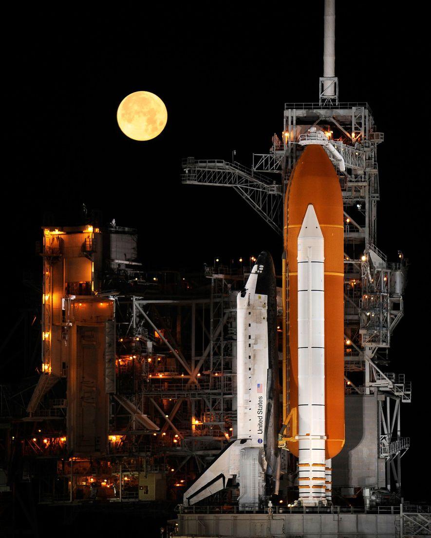 El transbordador espacial Discovery sobre una plataforma de lanzamiento en el Centro Espacial Kennedy en Florida, ...