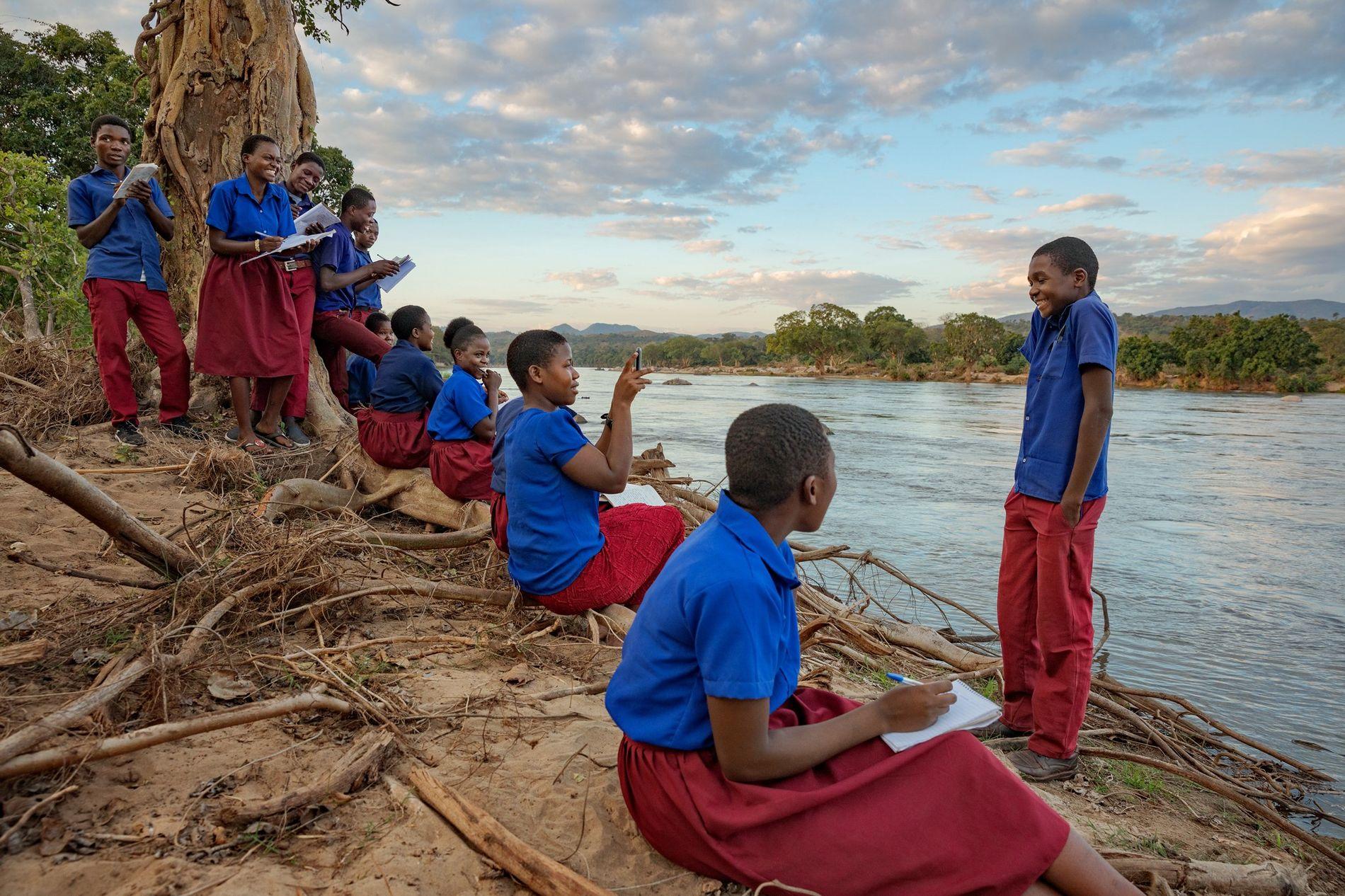 Reserva de fauna de Majete, Malaui: Los alumnos se detienen junto al río durante una visita ...