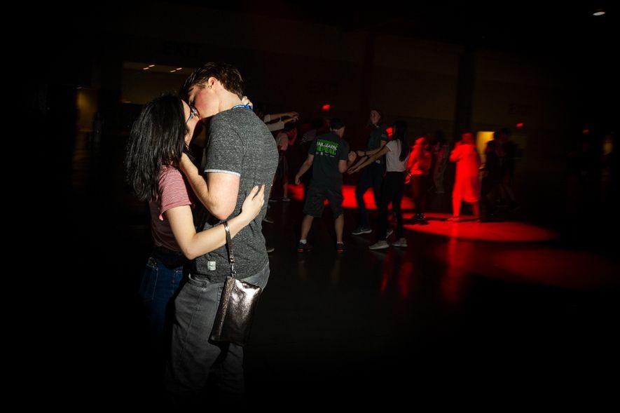 Las jóvenes científicas también se divierten fuera del laboratorio. Aquí vemos a dos participantes en el baile para estudiantes.