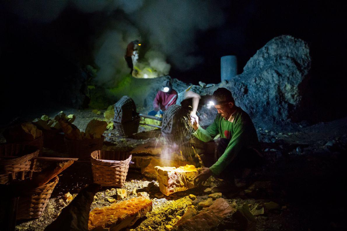 Los mineros rompen bloques de azufre