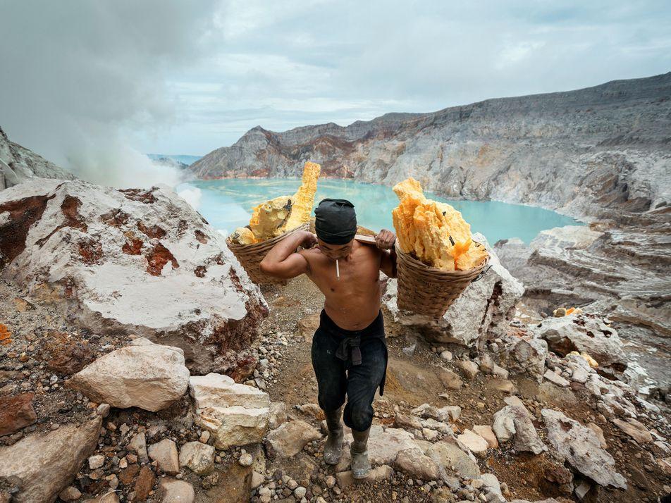 Los mineros de azufre en Ijen, Indonesia
