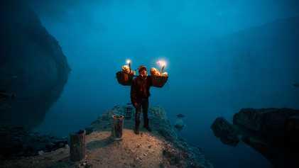 Impresionantes fotografías de los hombres que trabajan en un volcán activo