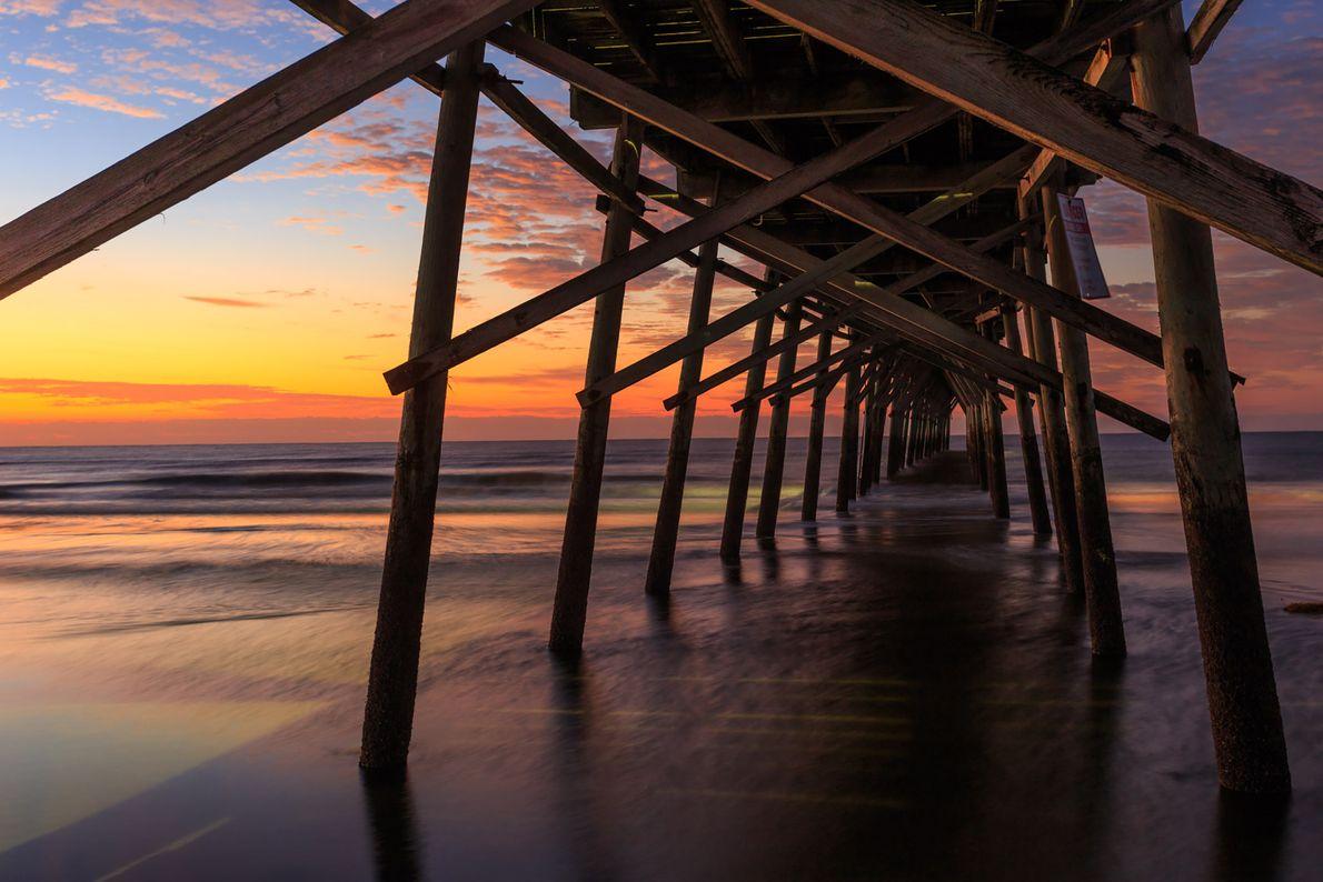 Imagen de un muelle en Sunset Beach en la isla Brunswick, Carolina del Norte