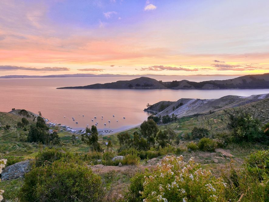 El sol se pone en la Isla del Sol, que se encuentra en la parte meridional ...