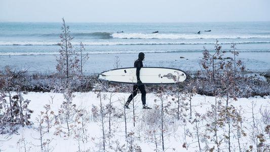 ¿Sobrevivirá el surf de invierno en los Grandes Lagos al cambio climático?