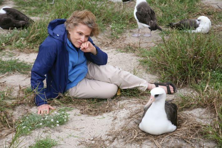 Fotografía de Sylvia Earle sentada junto a Wisdom