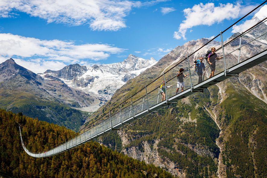 El puente colgante peatonal más largo del mundo está abierto al público en los Alpes suizos.