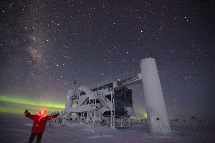 Sven Lidström se saca un selfi frente al telescopio de neutrinos IceCube durante un invierno antártico.