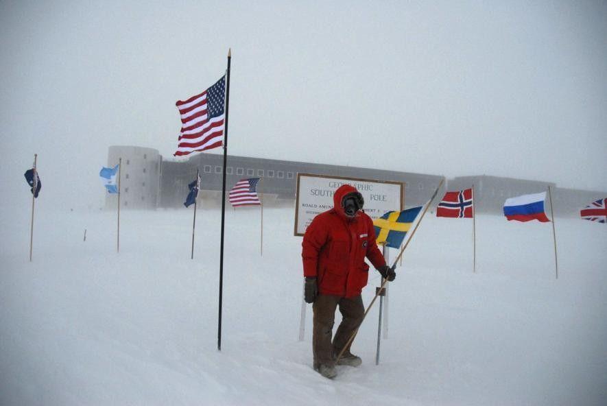 Sven Lidström en el Polo Sur con la Base Amundsen-Scott al fondo.