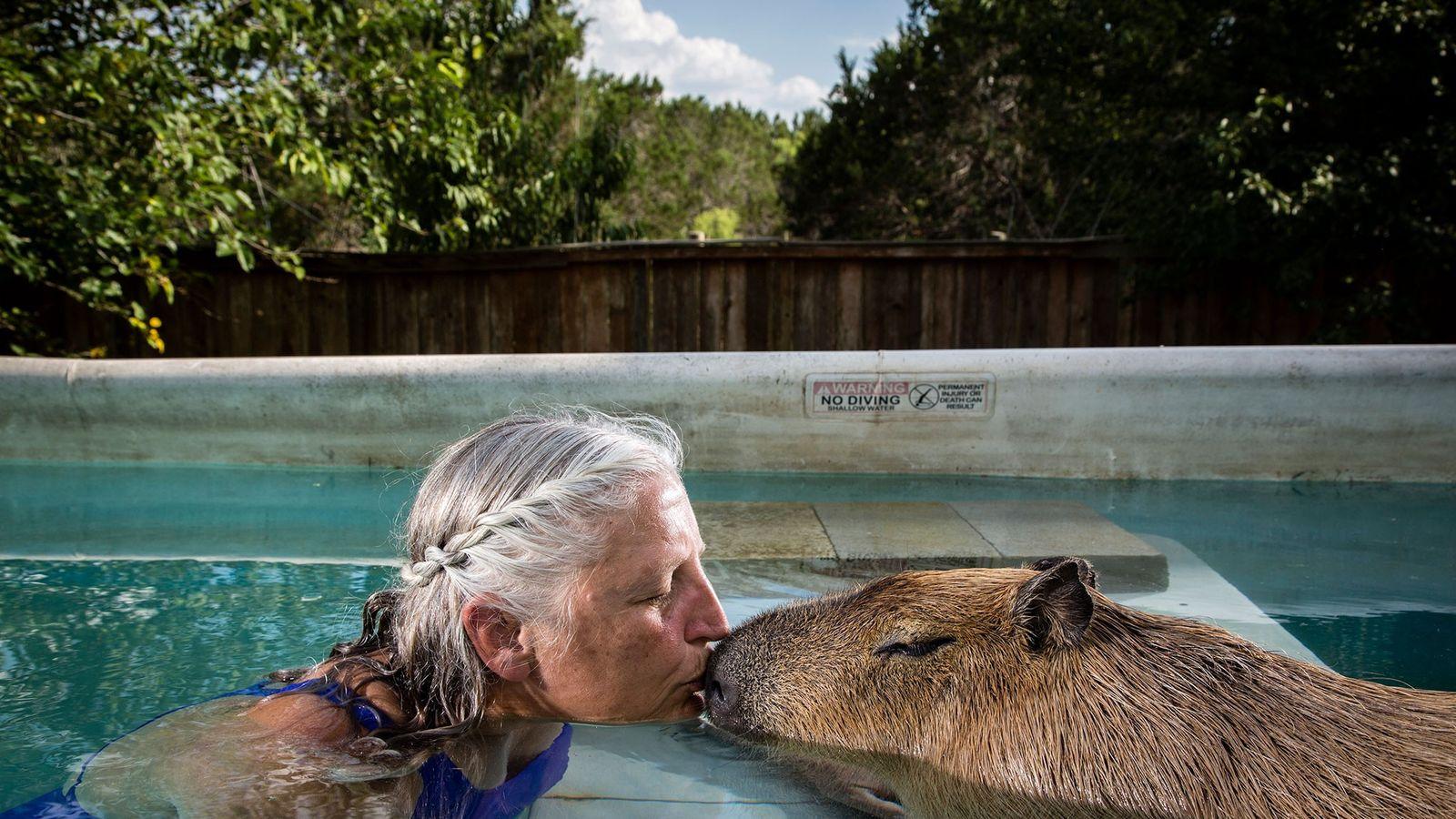 Melanie Typaldos y su capibara
