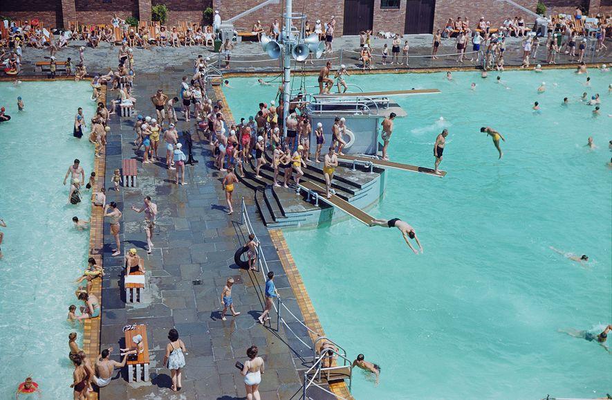 Los bañistas disfrutan de una piscina en el parque estatal de Jones Beach, Nueva York.