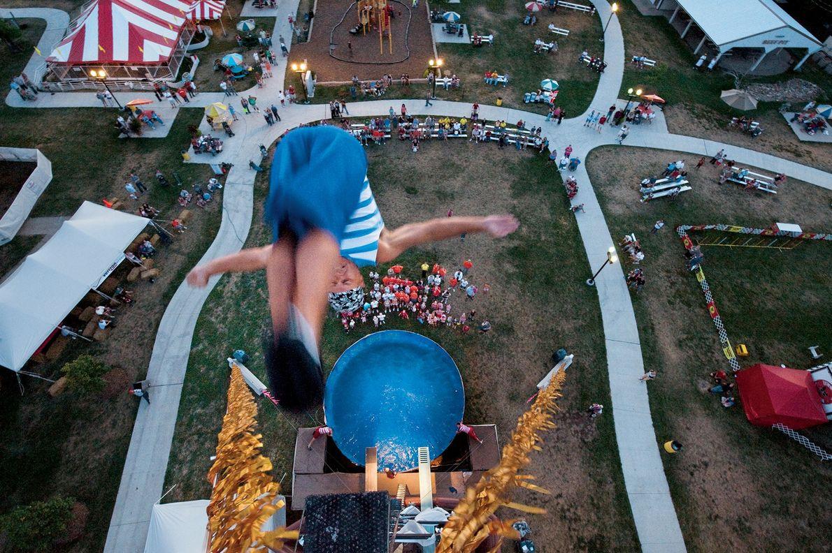 Un clavadista salta de una plataforma