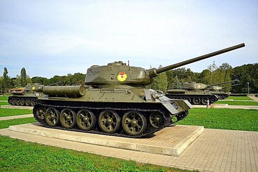 Carros soviéticos T-34 en el museo levantado en memoria de los caídos en la batalla de ...