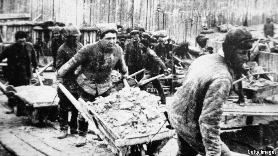 Los campesinos deportados y los presos políticos fueron utilizados como mano de obra esclava.
