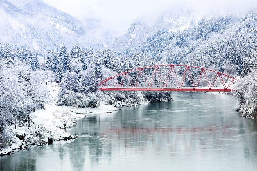 Los puentes rojos y las puertas torii son aún más impresionantes bajo un manto de nieve ...