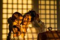 La fotógrafa Tamara Merino saca un autorretrato con su hijo Ikal el primer día de la ...