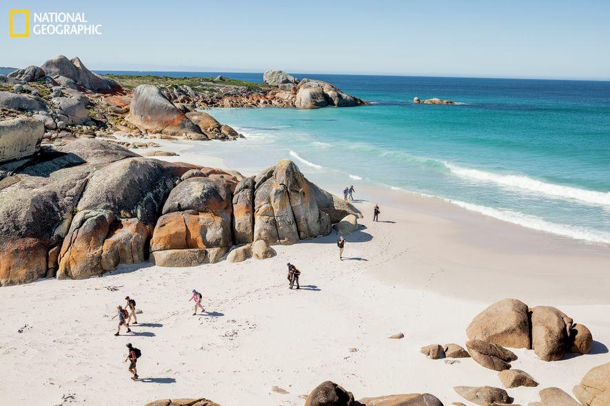 La bahía de los Fuegos, en la costa nordeste de Tasmania, tiene este nombre debido a ...