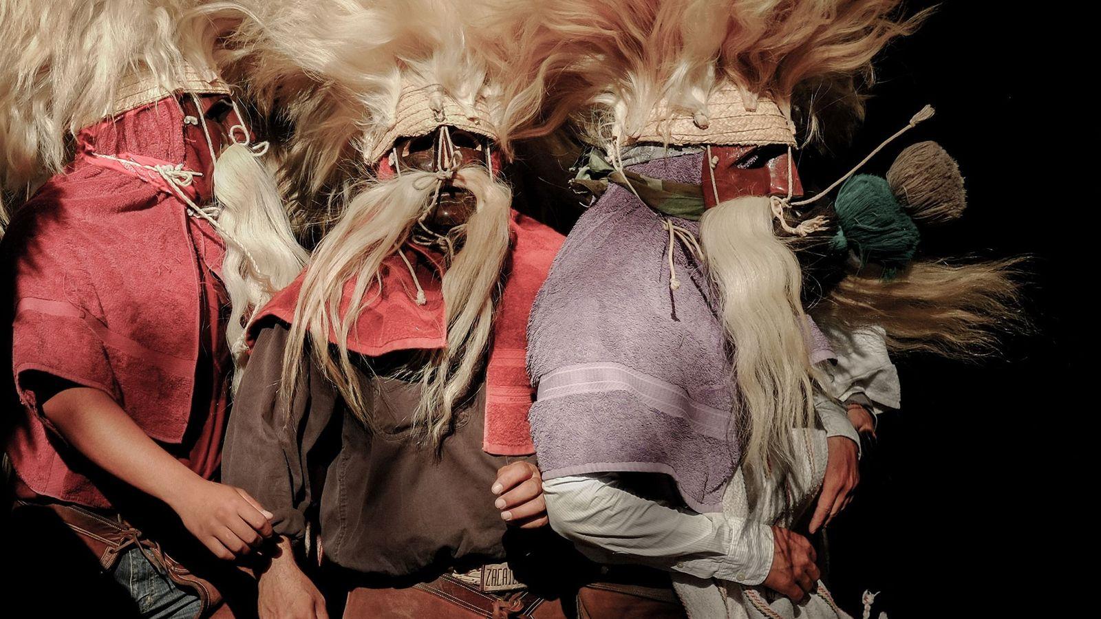 Los tastuanes se juntan para defenderse de otros bailarines que pretenden derribar a los despistados. Acompañados ...