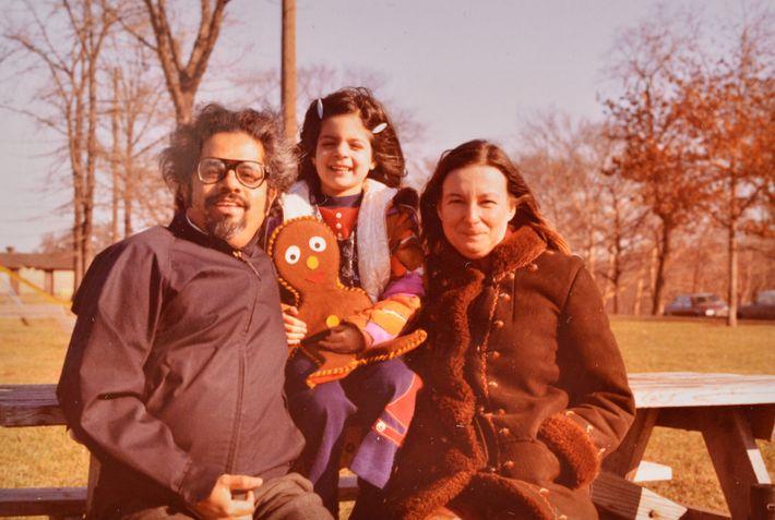 Indira Lakshmanan con sus padres