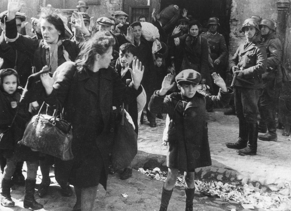 Grupo de judíos expulsado del gueto de Varsovia