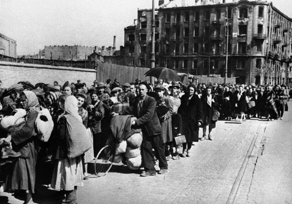 Enfermeras polacas dan refrigerios a los evacuados