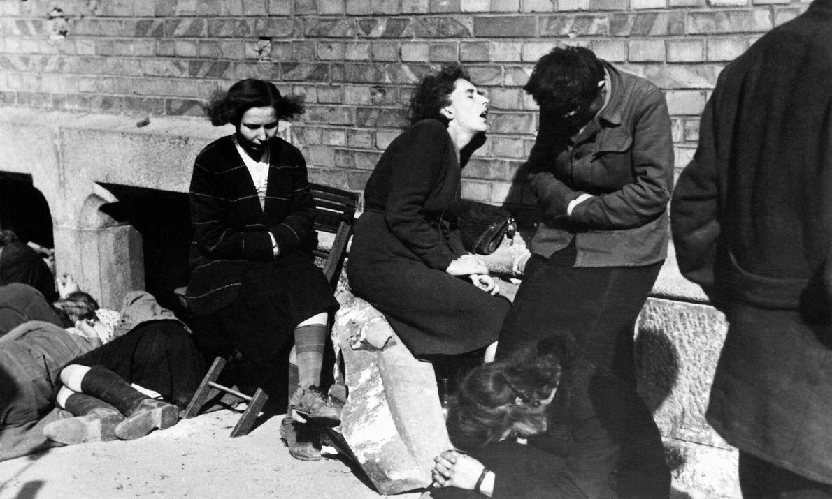 Civiles descansan bajo el sol el 7 de octubre de 1944