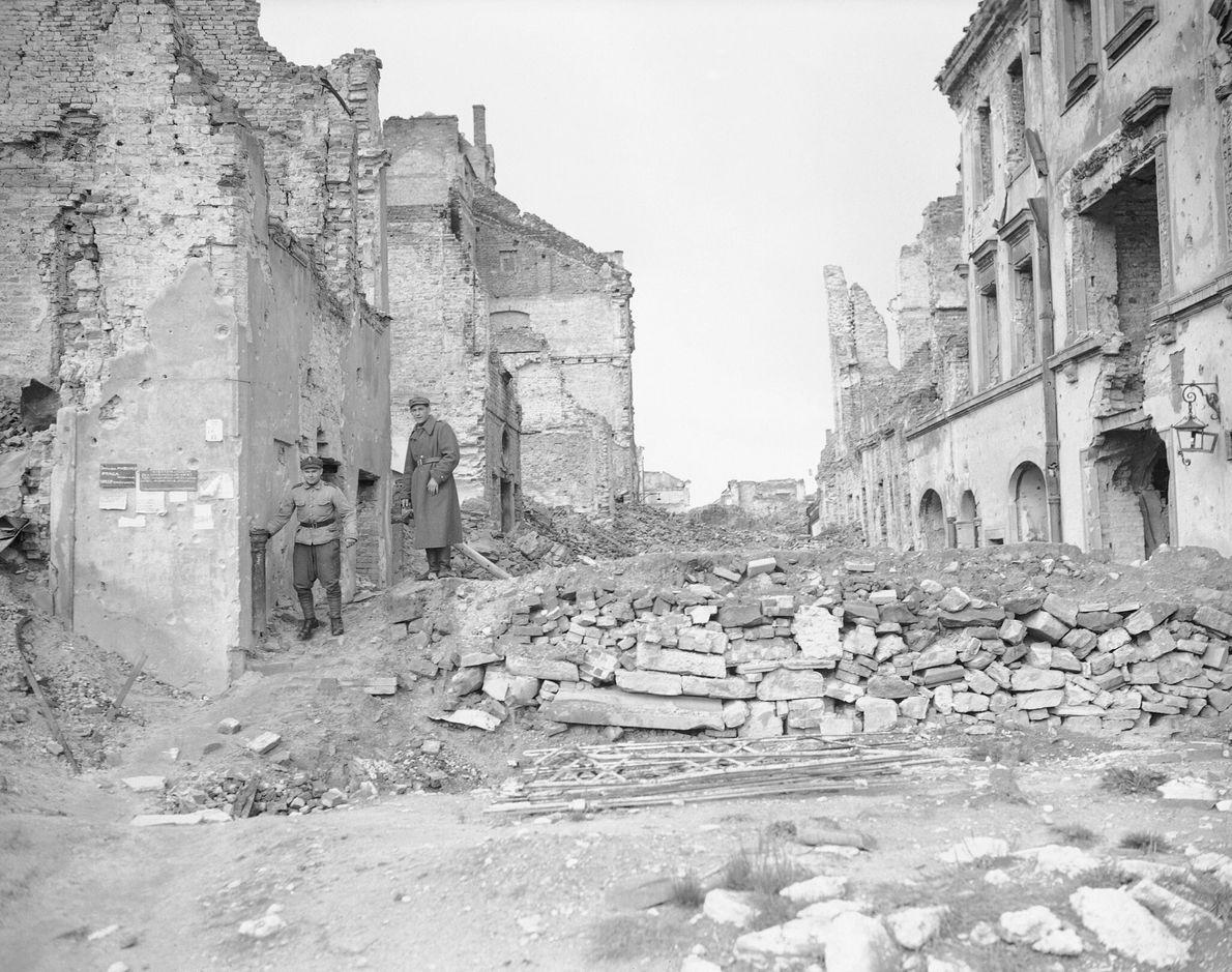 Dos soldados alemanes caminan por las ruinas de capital polaca