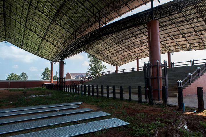 Un estadio de espectáculos de elefantes vacío en Ban Ta Klang