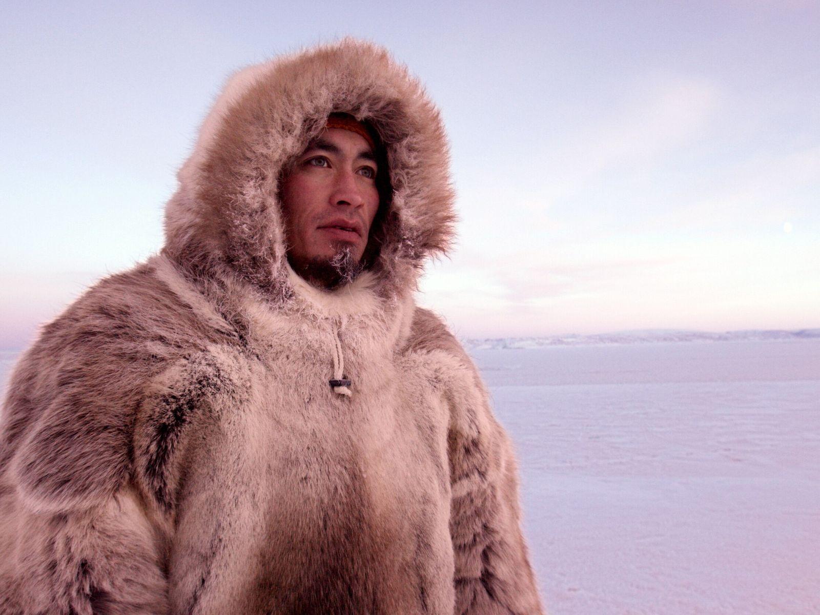 El cazador inuit Aleqatsiaq Peary mira hacia el hielo marino cerca de Qaanaaq, Groenlandia.