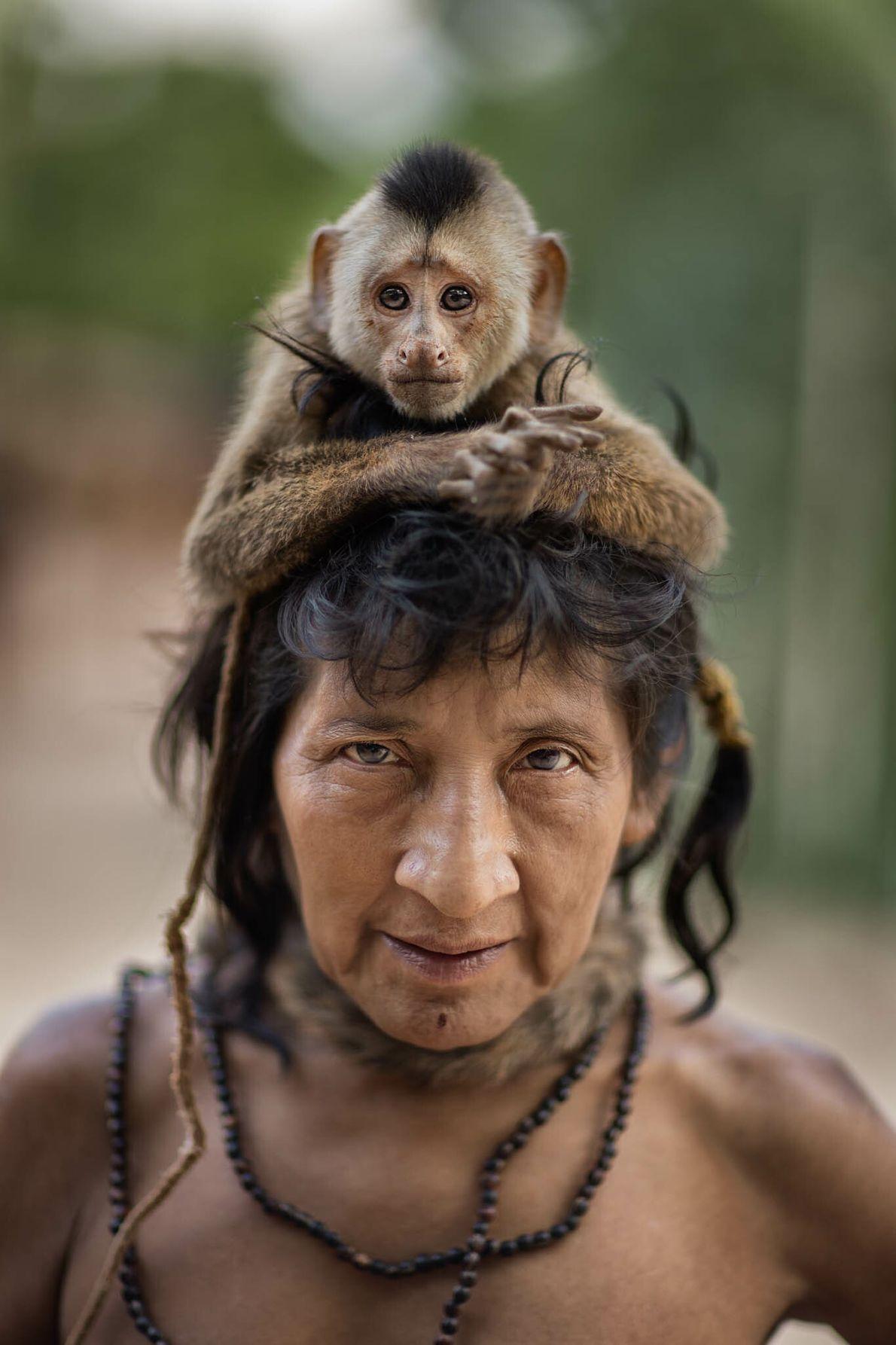 Ximirapi lleva un mono capuchino en la cabeza