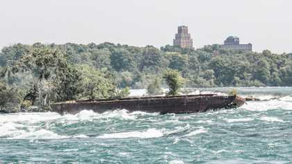 Un buque hundido se desplaza hacia el borde de las Cataratas del Niágara tras más de ...