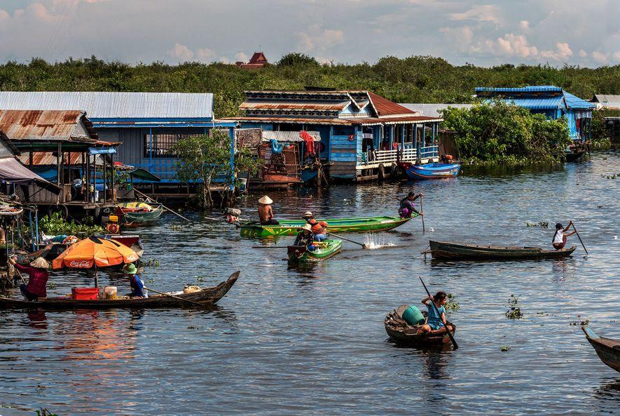 Las aldeas flotantes se distribuyen por todo el Tonlé Sap, un lago de agua dulce y ...