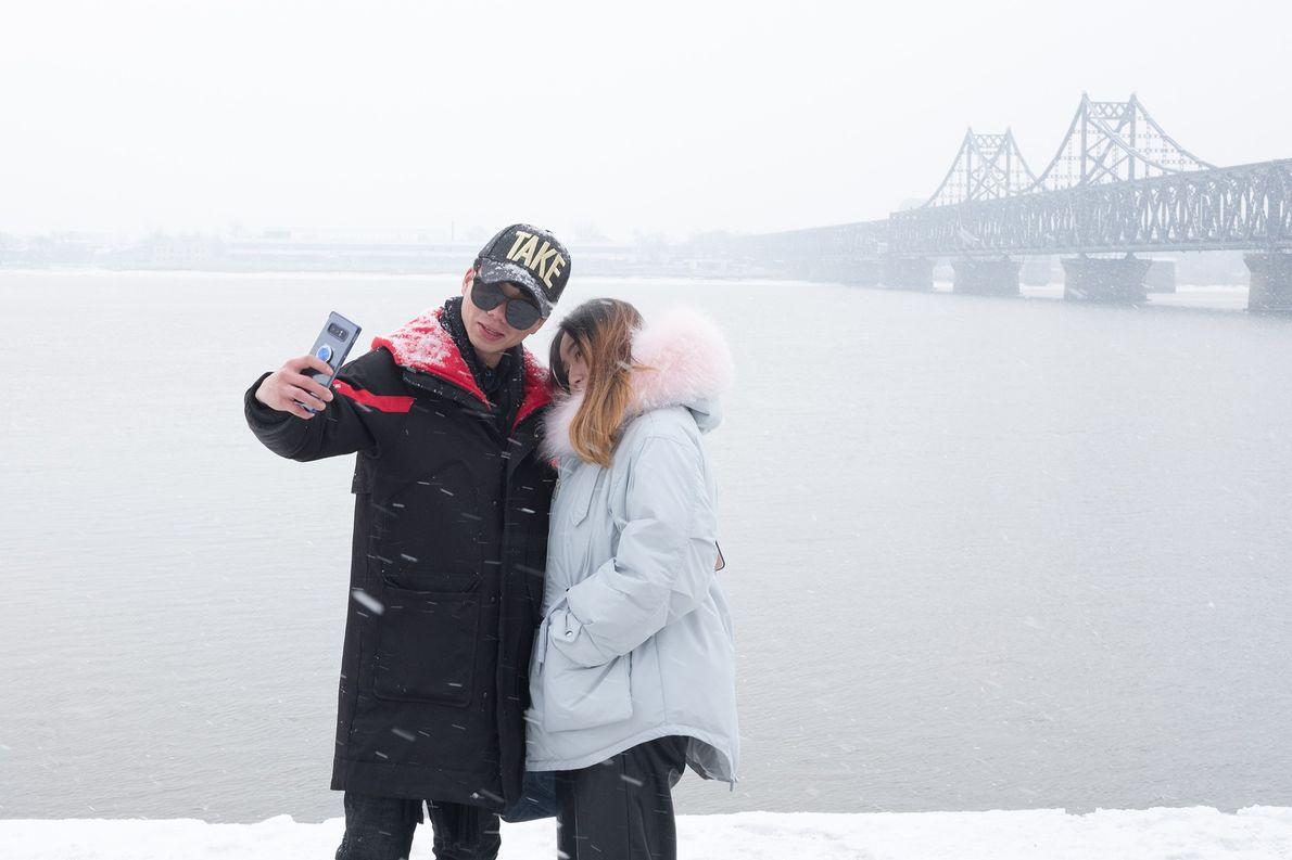 Unos turistas se hacen un selfi con el telón de fondo de Corea del Norte y …