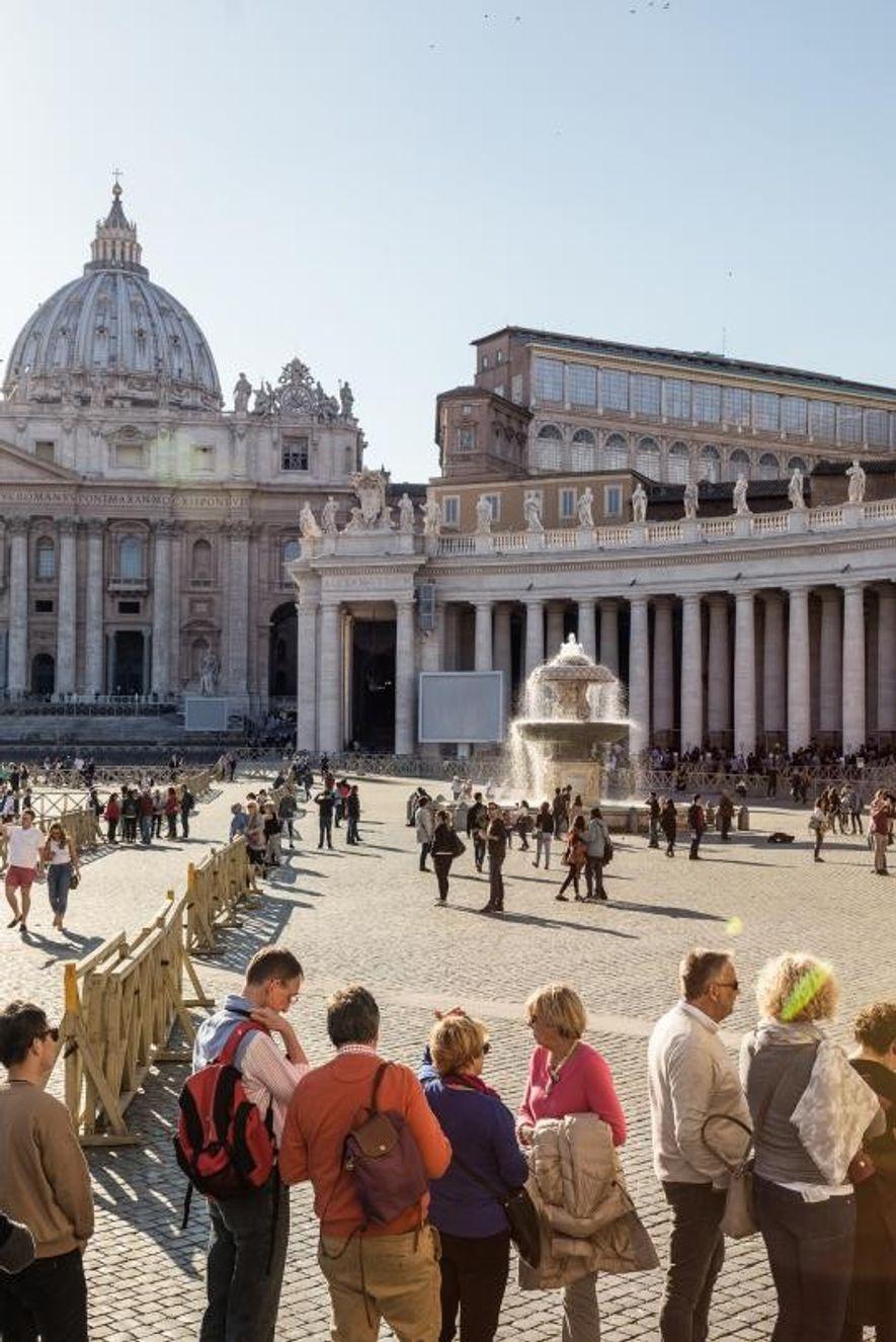Los turistas hacen cola frente a la Basílica de San Pedro. «Los museos son arte, cultura ...
