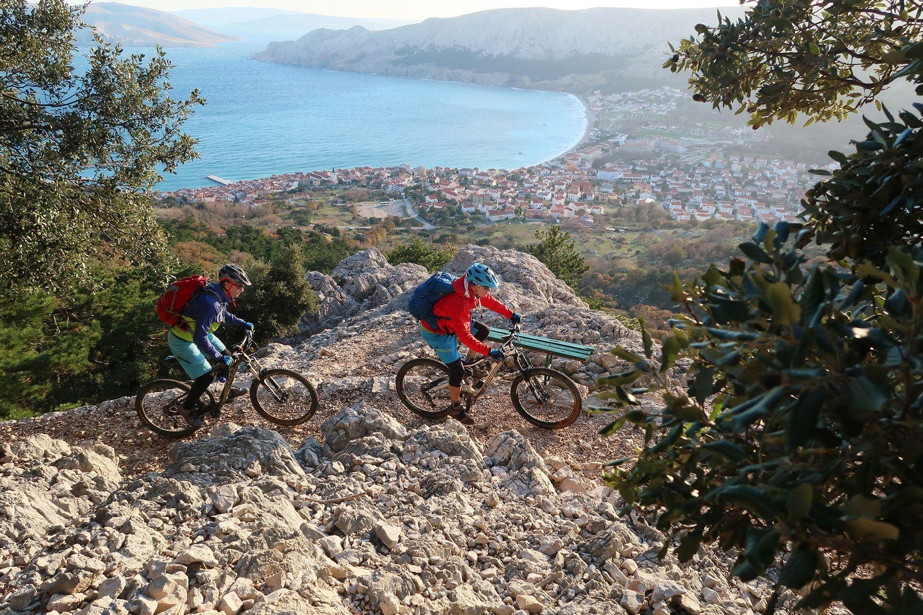 En el Trans Dinárica, los ciclistas disfrutan de las vistas de la isla croata de Krk.