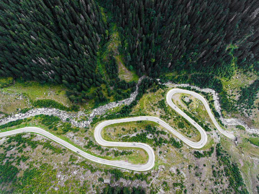 La carretera Transfăgărășan serpentea por los Alpes de Transilvania, o Cárpatos meridionales.