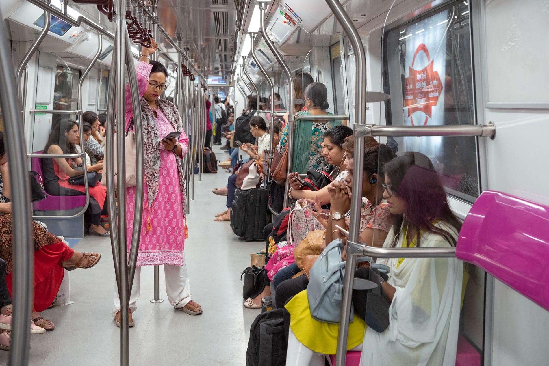 Desde 2010, un vagón de cada tren del metro de Delhi se reserva a las mujeres. ...