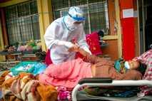 Los paramédicos nepalíes tratan a un paciente de COVID-19
