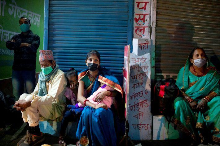 La gente espera el autobús en Katmandú