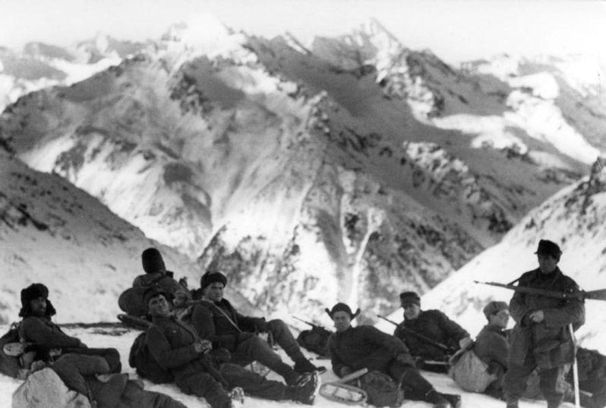 Soldados alemanes de una división Gebirgsjäger en las montañas del Caúcaso (URSS).