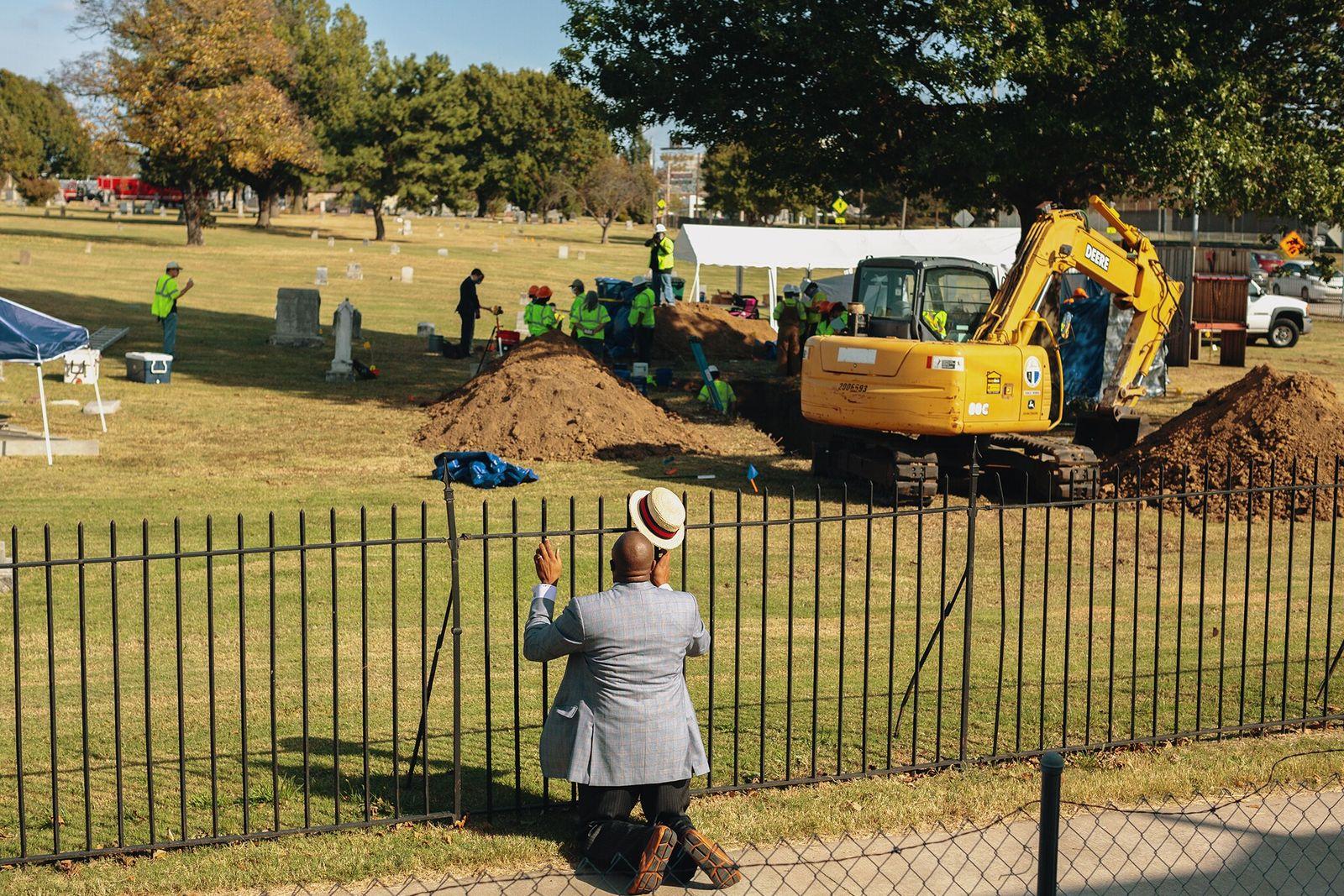 El reverendo Robert Turner reza en el Cementerio de Oaklawn