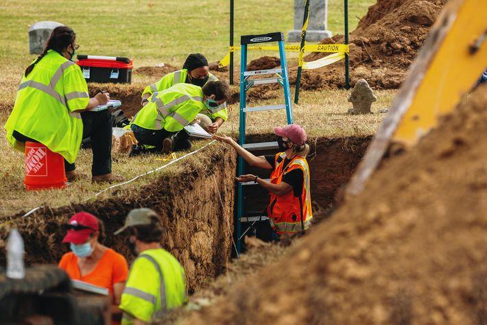 El equipo de excavación busca restos humanos