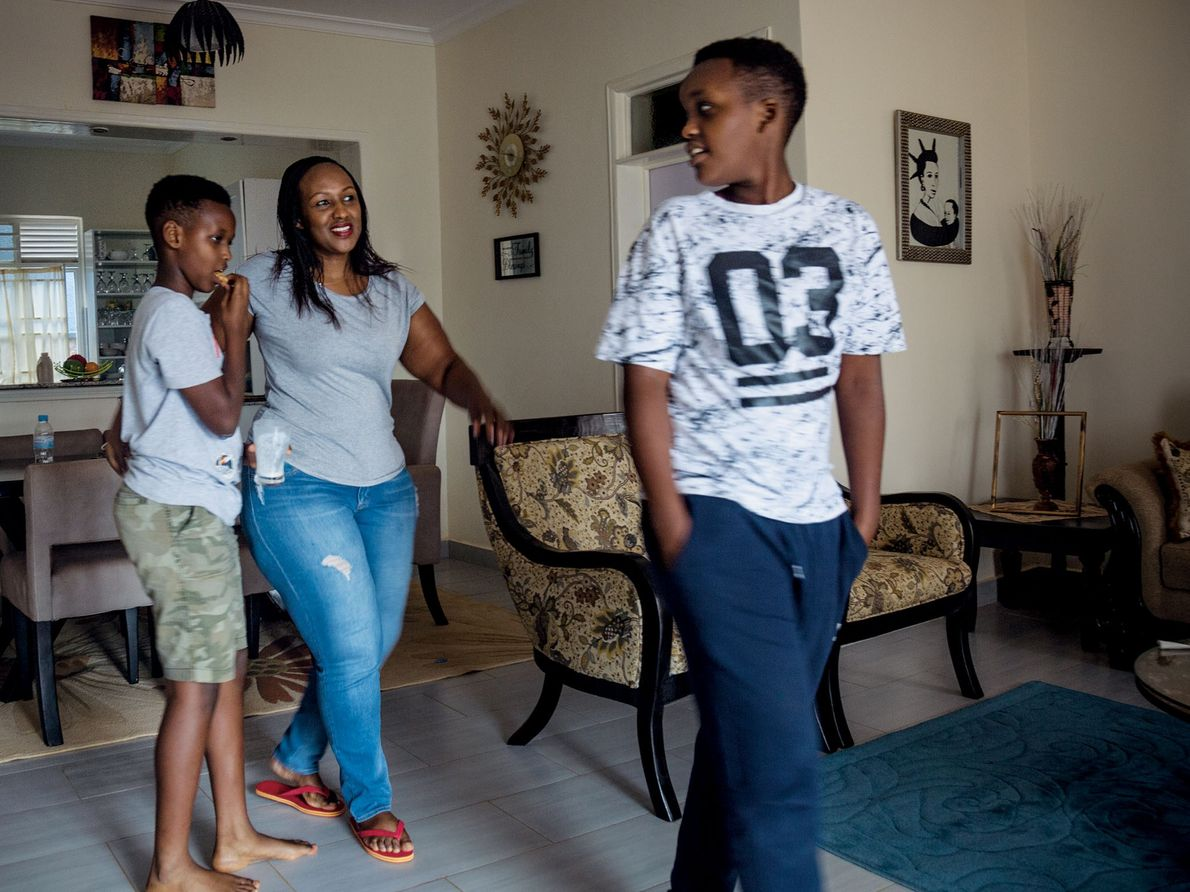 La sociedad ruandesa espera que las mujeres trabajadoras sigan soportando la carga de las tareas domésticas, …