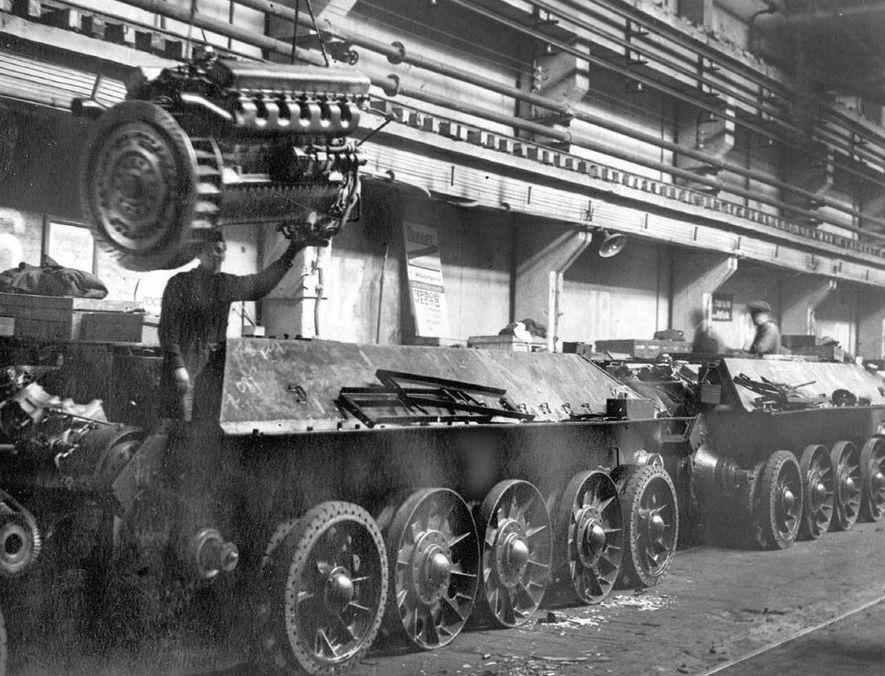 Operarios de Uralvagonzavod montando los motores de los carros T-34.
