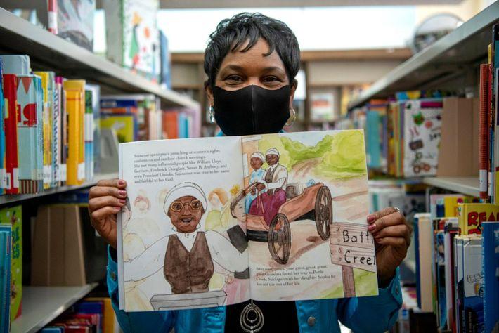 Barbara M. Allen posa orgullosa con su nuevo libro